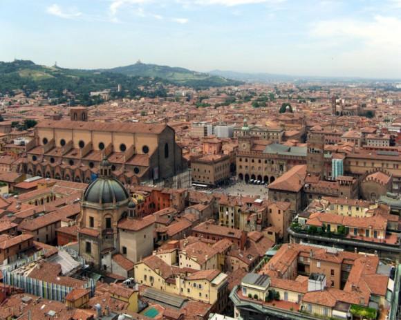 http://it.wikipedia.org/wiki/File:Bologna-SanPetronioPiazzaMaggiore1.jpg
